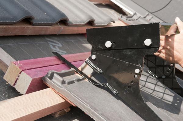 Ławę kominiarską montujemy na dwóch wspornikach. W miejscu mocowania należy przyciąć zamki dachówek tak, by wsporniki stabilnie opierały się na powierzchni dachówki.