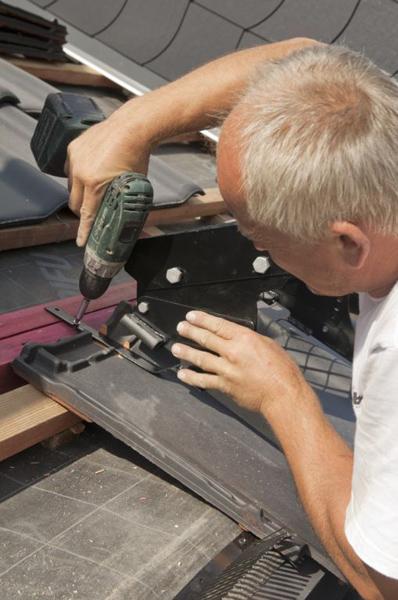 Żeby stabilnie zamocować takie akcesoria, jak ława kominiarska, płotki śniegowe itp., powyżej łat na których opierają się dachówki przybija się dodatkowe łaty, do których wkrętami przytwierdza się elementy mocujące.