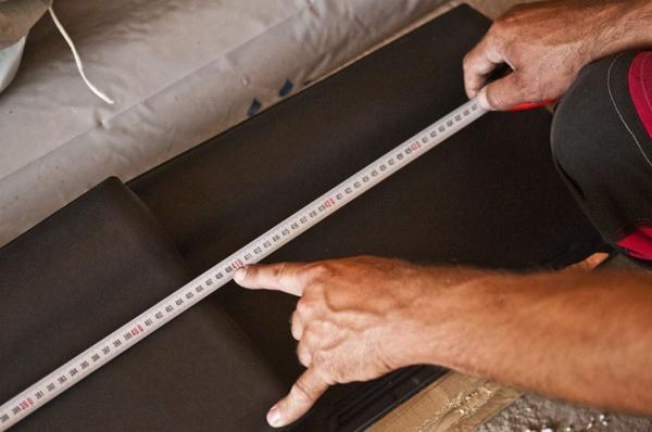 Wymiar między końcami pierwszej i jedenastej dachówki na zsuwie i rozsuwie dodaje się i następnie dzieli przez 20. Wynik to średni rozstaw łat.