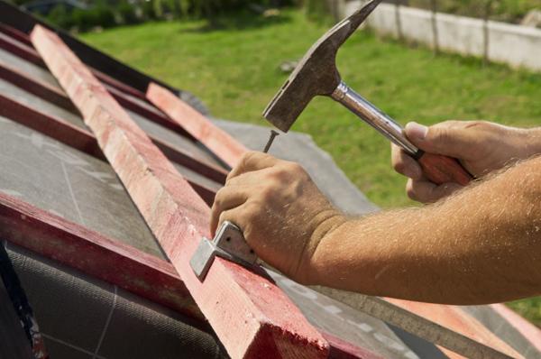 Łaty przybija się w wymierzonych odległościach. Dla dachówki Piemont marki Röben średni rozstaw wynosi 379 mm. Wszystkie elementy konstrukcji dachu muszą być wypoziomowane.