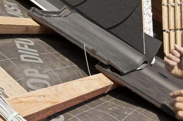 Klamrowanie dachówek, czyli przypinanie ich do łat, jest bardzo ważne - zapobiega podnoszeniu dachówek przez wiatr. Na połaci zaleca się klamrowanie co trzeciej dachówki po skosie, o ile lokalizacja budowy i specyfika dachu nie wymagają innych rozwiązań.