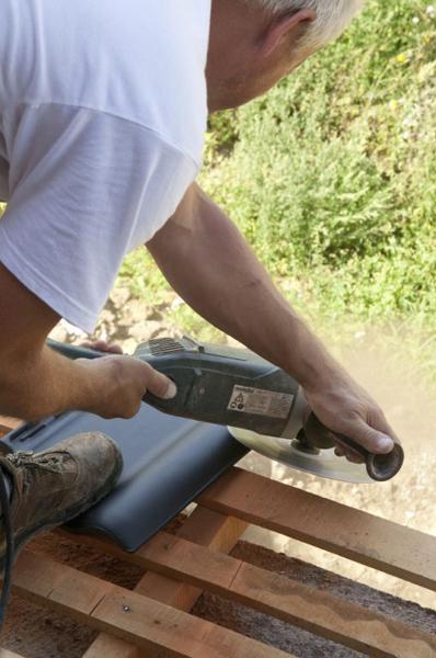 Przy kominie, oknach, w koszach, a także w innych newralgicznych miejscach dachu zwykle konieczne jest cięcie dachówek. Cięcie powinno się wykonać tak, aby pył nie osadzał się ani na dachówce, ani na folii – najlepiej poza połacią.