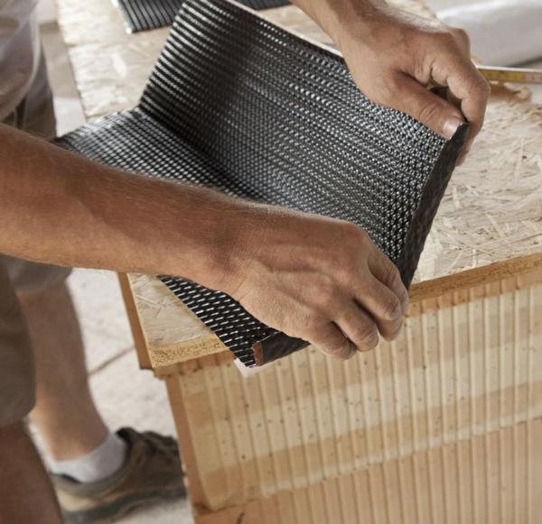 Taśmę kominową najlepiej wstępnie uformować zanim rozpocznie się obróbkę komina.