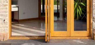 Drewniane drzwi wejściowe. Jak je odnowić?
