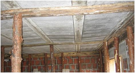 Przykład nienormowego ugięcia stropu spowodowanego niewłaściwym podparciem
