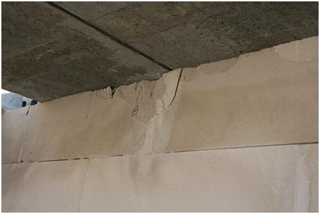 Przykład uszkodzeń ściany z bloczków betonu komórkowego pod wpływem bezpośredniego oparcia stropu
