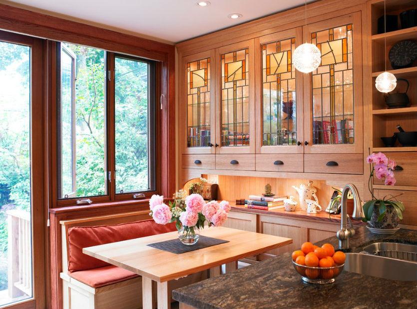 Witraże zamiast szyb w drzwiczkach frontowych mebli kuchennych, fot.: Anne Bancroft Interiors