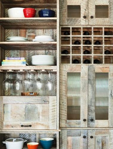 Szafki kuchenne wykonane z odzyskanego drewna, fot.: Richard Bubnowski Design