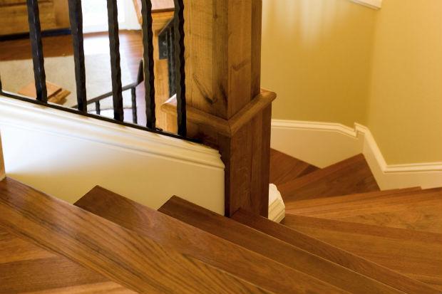 Jak odnowić drewniane schody wewnątrz domu?
