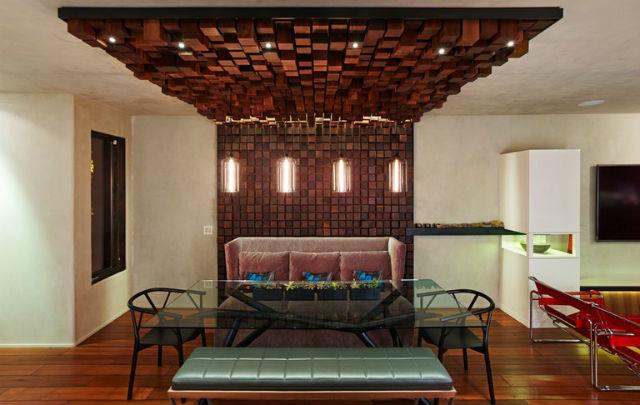 Nietypowa dekoracja ściany z drewnianych klocków, fot.: Loczidesign