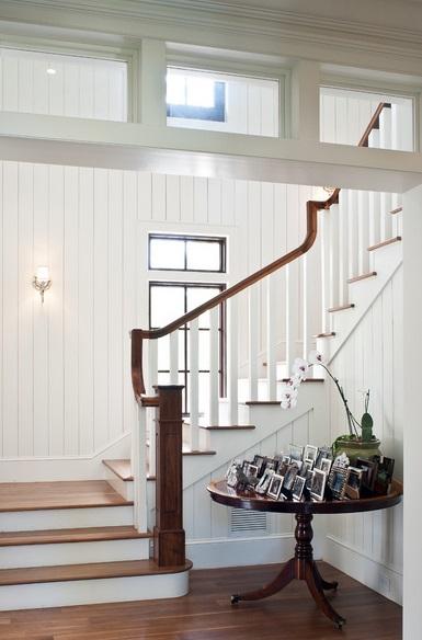 Biała boazeria na klatce schodowej, fot.: Mackle Construction