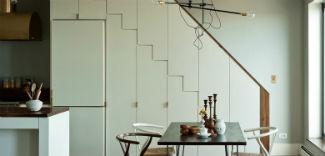 Jak zagospodarować przestrzeń pod schodami? 8 pomysłów na schowki pod schodami