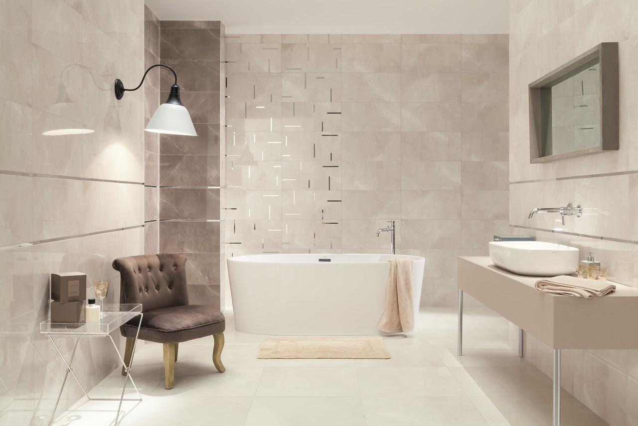 Srebrny dekor na ścianie łazienki