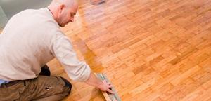 Jak odnowić drewnianą podłogę?