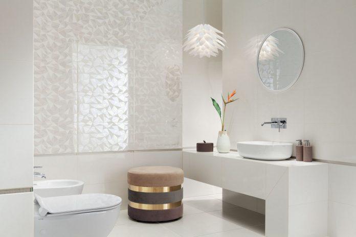Dekory ścienne w białej łazience