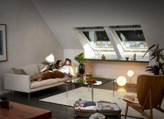 Rolety zewnętrzne na oknach dachowych w salonie